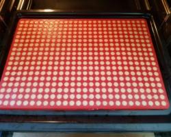Backmatte im Backofen mit rohem Teig
